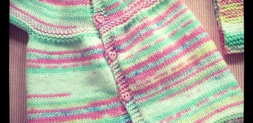 b5b105506426d Petite robe bébé au tricot très facile – Mouton rose