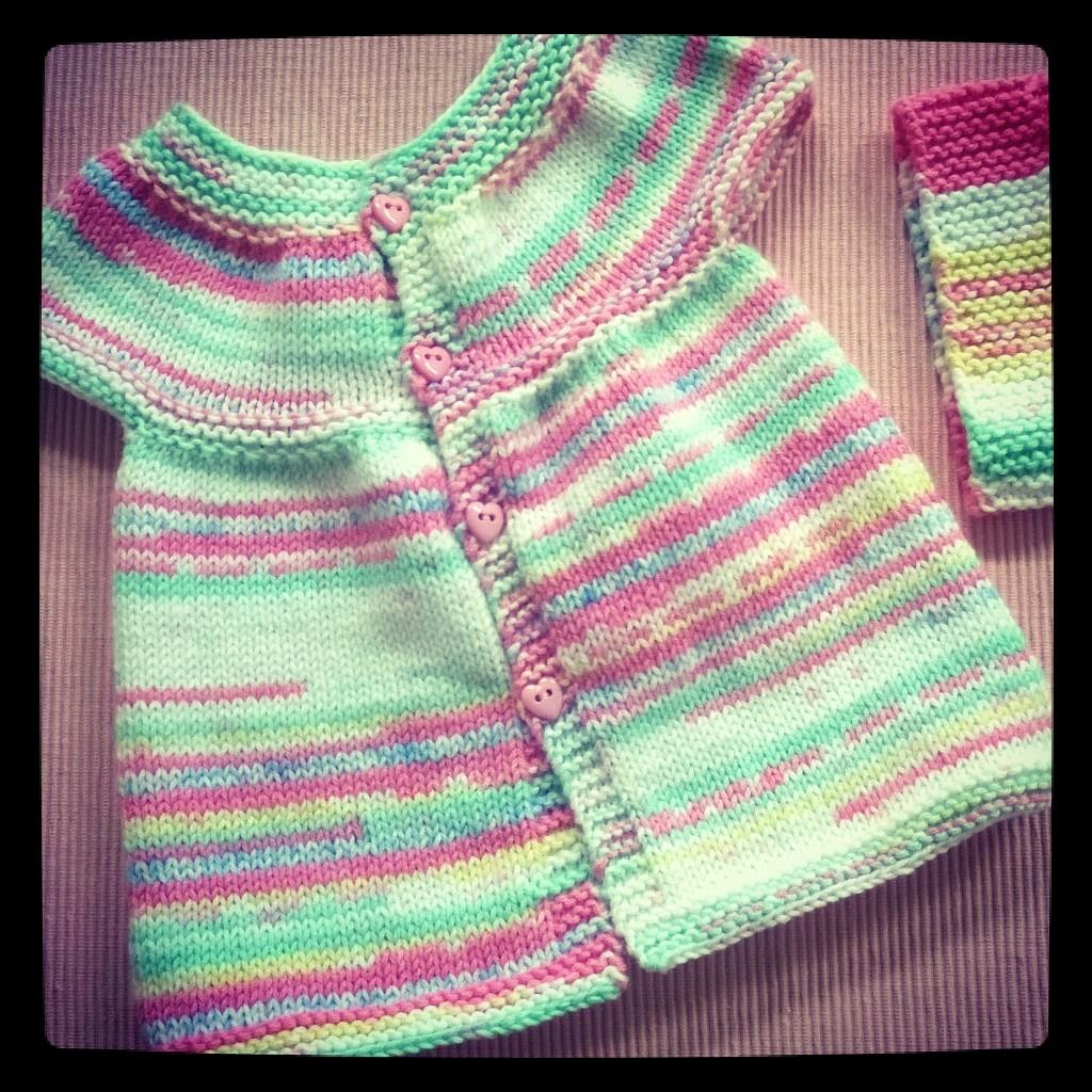 380971f98b110 Petite robe bébé au tricot très facile - Mouton rose
